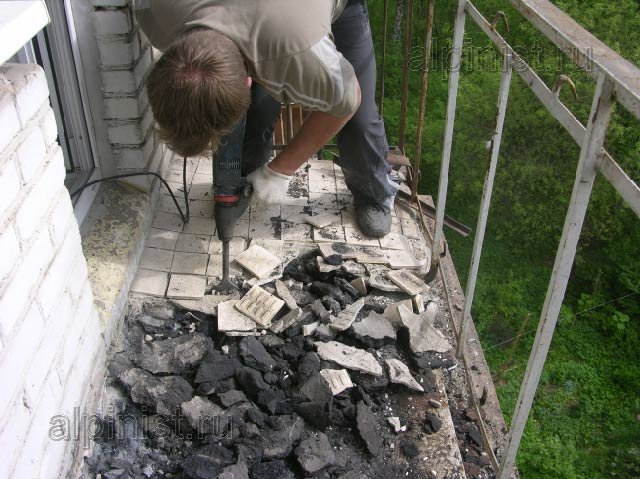 Видно какие куски покрытия пола на балконе отбивает наш маст.
