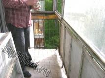 На данной фотографии видно, что пол балкона имеет угол наклона для слива осадков, это делается для балконов которые не остекляются и остаются открытыми