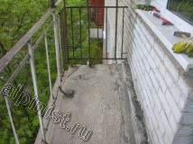 Мы отбили все покрытие пола до балконной плиты, убрали строительный мусор, подмели мелкий мусор, пыль и подготовили плиту балкона к устройству новой стяжки