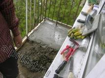 Мы сделали небольшой участок стяжки на балконном полу специальным бетонным раствором