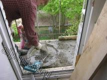 Специалист нашей компании замешивает бетонный раствор для устройства новой стяжки на полу плиты балкона