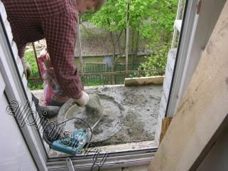 Наш мастер досыпает в таз сухую бетонную смесь для подготовк.