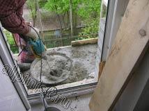 Раствор для стяжки мы замешивали в большом тазу, сейчас наш мастер досыпает в таз сухую бетонную смесь
