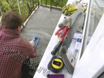 В настоящий момент, наш специалист трамбует и разглаживает специальной строительной теркой бетонный раствор для стяжки
