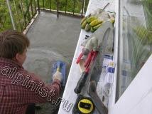 Для получения ровной поверхности готовой стяжки пола необходимо бетонный раствор разгладить теркой, что и делает наш мастер