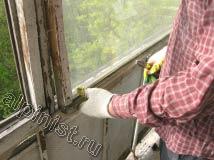 Сейчас, наш специалист начал демонтировать оконные рамы, для этого мы сначала снимаем все стекла