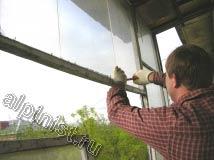 Наш специалист в настоящий момент выкручивает гвозди из оконных рам, которые держат стекла