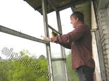 Наш специалист проводит демонтаж стекол из оконных рам, используя для этого пассатижи