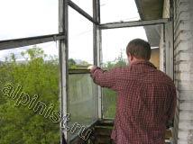 Практически все рамы балкона демонтированы, остался один угол, сейчас наш мастер освобождает  там стекла, убирая гвозди пассатижами