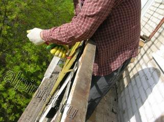 Сейчас, наш специалист отгибает металл, который держит балконные ограждения снаружи балкона