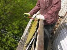 Чтобы убрать листы ограждений снаружи балкона, мы должны отогнуть металл, который их прижимает
