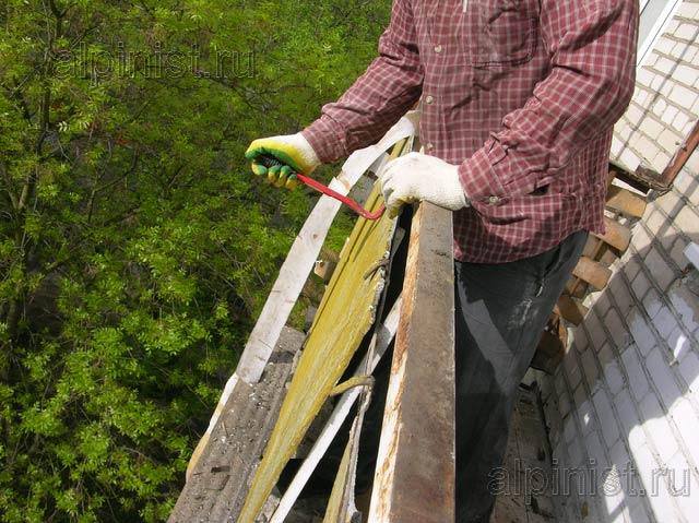 чтобы убрать листы ограждений снаружи балкона, мы должны отогнуть металл