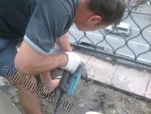 Применяя отбойный молоток, наш мастер, демонтирует керамическую плитку, которой была облицована верхняя часть балконной плиты.