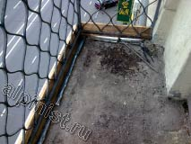 Верхнюю часть балконной плиты мы очистили от старой стяжки, закрепили новые отливы из кровельной жести и установили опалубку для новой стяжки.
