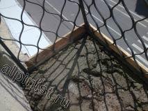 Стяжку на полу балкона наши мастера будут делать вровень с нижней частью металлических ограждений, сейчас мы начали укладывать цементно-песчаный раствор.