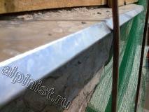 На данной фотографии показан угол балконной плиты который сильно разрушен,  наш промышленный альпинист подготовил данный угол к ремонту, сначала завесил строительной сеткой, а затем отбил бухтящую штукатурку.