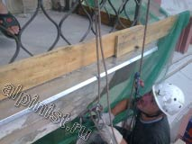 Применяя технику промышленного альпинизма, наши специалисты проводят ремонт балконной плиты, в данный момент наш мастер штукатурит угол плиты специальным раствором для восстановления бетона.