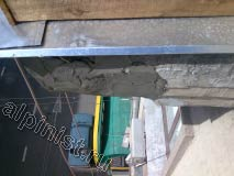 На данной фотографии показан угол балконной плиты, которую ремонтируют наши специалисты, мы оштукатурили первым слоем угол плиты, используя технику промышленного альпинизма.