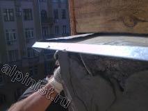 В настоящее время мастер нашей компании штукатурит разрушенный угол балконной плиты специальной смесью для восстановлении бетона, с применением техники промышленного альпинизма.