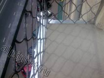 На этой фотографии показан отремонтированный пол балкона, новая стяжка хорошо просохла, и мы сняли доски опалубки, а отливы наши мастера закрепили еще до устройства новой стяжки.