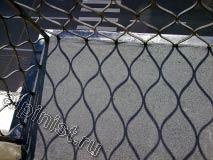 На фотографиях показано как наши специалисты на полу балконов наклеили два слоя    кровельного ковра; первый слой гидроизоляционный, второй слой с посыпкой, предварительно промазав пол балкона битумным праймером.