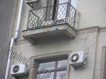 На данной фотографии второй балкон, он менее разрушен чем первый, но из-за протечек, краска с балконной плиты отслаивается и шелушиться, и по боковой части балконной плиты идут трещины.