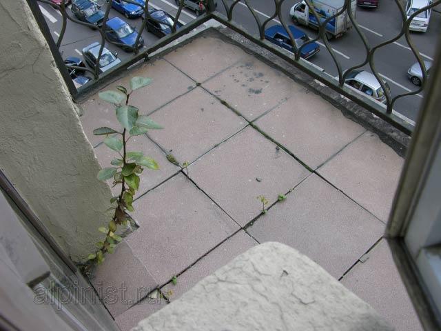 Пол одного из балконов, расшивка между плитками потрескалась.