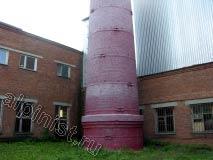 На этой фотографии видно, как близко к постройкам стоит кирпичная дымовая труба. Методом промышленного альпинизма мы будем порядово разбирать кирпичную кладку и сбрасывать разобранные кирпичи во внутрь самой трубы