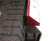 Рекламный короб или еще его называют панель-кронштейн, имеет треугольную формы, и это видно на нашей фотографии