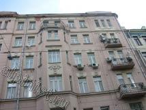 На данной фотографии видно, в каком состоянии был фасад на ул. Спиридоновка, разрушенный карниз, отвалившиеся отливы и элементы лепнины. Из - за неработающей сливной системы видно как намокла стена на последнем этаже, несмотря на то что это было лето.