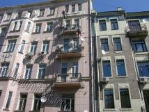 Наши альпинисты расшивают и шпатлюют трещины на фасаде, выравнивают балконные плиты.