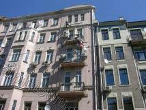 Наши альпинисты расшивают и шпатлюют трещины по фасаду, выравнивают плиты балконов.