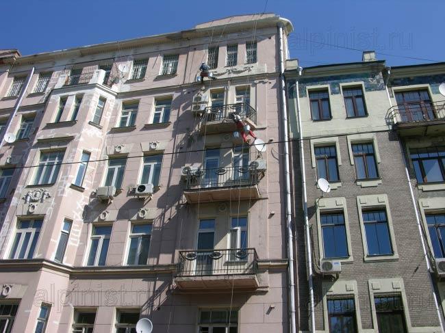 промальпинисты расшивают и шпаклюют трещины по фасаду, выравнивают плиты балконов