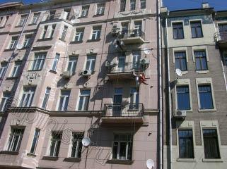 На этой фотографии мы зачищаем балконные плиты и выравниваем их финишной шпатлевкой.