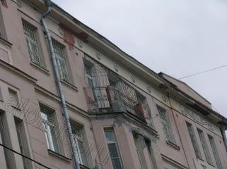Балкон последнего этажа был промазан мастикой, архитектурные формы местами были разрушены, видны разрушения карниза и отсутствие некоторых элементов лепнины.