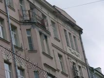 Архитектурные элементы балкона сильно разрушены, видно бухтящую штукатурку на фасаде, балкон, промазанный мастикой, местами отвалившаяся лепнина, разрушенный козырек.