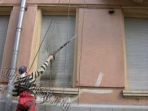 На этой фотографии наш альпинист моет рольставни и откосы на первом этаже со стороны фасада.