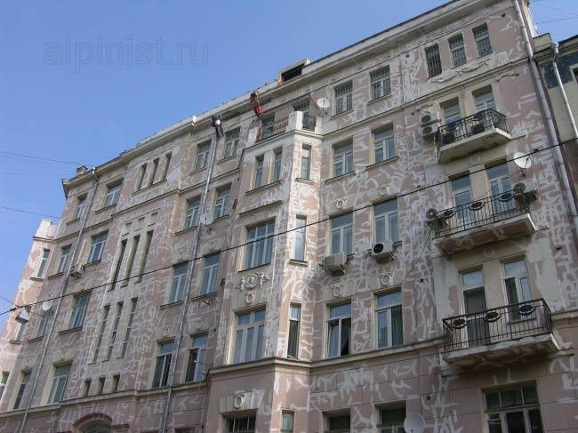столбы балкона последнего этажа и верхняя часть предпоследнего этажа зачищены от мастики