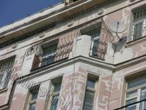 На данной фотографии видны восстановленные нами элементы лепнины,  теперь карниз приобрел былой вид со всеми архитектурными задумками.
