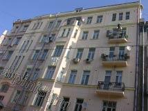 Большая часть фасада на ул. Спиридоновка окрашена первым слоем.