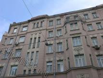 Так выглядел фасад на ул. Спиридоновка перед ремонтом, над подъездом разрушенный козырек, бухтящая штукатурка по всему фасаду, разрушающийся балкон, промазанный мастикой на последнем этаже, местами отвалившаяся лепнина.