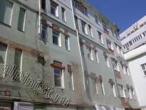 На этом здании мы будем выполнять ремонт фасада, здесь разрушенные откосы, бухтящая штукатурка, отсутствие элементов водостоков, торчащие из стен куски металла, которые необходимо срезать.