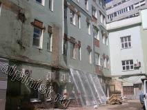 Компанию Альпинист.ру пригласили для проведения фасадных работ на этом здании, наши специалисты восстановят откосы после замены окон, отобьют всю бухтящую штукатурку, оштукатурят, зашпаклюют и покрасят поверхность фасада.