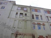 На фотографии видно, что на последнем этаже наш мастер отремонтировал откосы окон и оштукатурил кирпичную кладку под окнами вровень с поверхностью фасада.