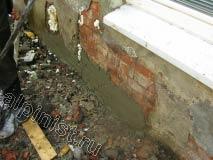 Бухтящую штукатурку на цоколе здания мы отбили, глубокие отверстия запенили и начали набрасывать и затирать  штукатурным  раствором.