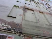 Мы зачистили поверхность фасада болгаркой со специальной насадкой, расшили и заштукатурили глубокие трещины и сколы на промежуточных карнизах.