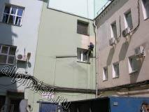 Большую часть фасада мы ремонтировали с помощью люльки, а на небольшой части фасада справа проводили фасадные работы, применяя технику промышленного альпинизма.