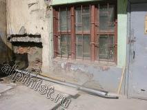 На фотографии видно разрушенный приямок, который наш мастер заложит кирпичом, после чего оштукатурит вровень со стеной фасада.