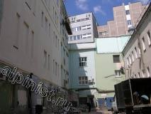 На длинной части здания мы проводим фасадные работы, используя строительную люльку, а небольшую часть фасада ремонтируем, применяя технику промышленного альпинизма.