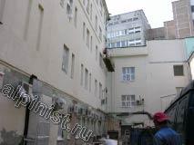 Все этажи кроме первого и небольшая часть фасада справа готовы к покраске. До того как зашпаклевать фасад мы восстановили откосы, простучали и отбили бухтящую штукатурку, зачистили фасад от отслаивающейся краски, расшили все трещины и сколы.